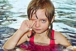 Τι πρέπει να κάνετε αν μπει νερό θαλασσινό ή πισίνας στα μάτια σας;