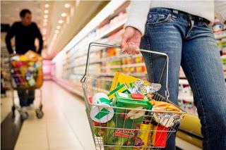 Ενας στους τρεις δεν μπορεί να αγοράσει ούτε τα βασικά είδη διατροφής