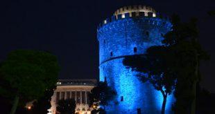 O Λευκός Πύργος και οι «Ομπρέλες» του Ζογγολόπουλου της νέας Παραλίας στη Θεσσαλονίκη ντύθηκαν στα μπλε