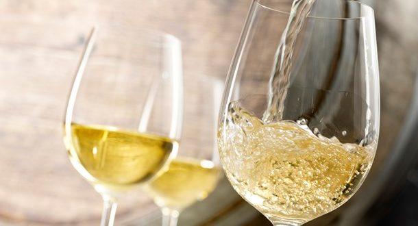 Πίνετε λευκό κρασί; Προσέξτε περισσότερο το μελάνωμα!