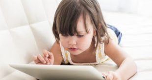 Τα παιδιά δύο ετών που παίζουν με κινητά και ταμπλέτες, μιλάνε με καθυστέρηση