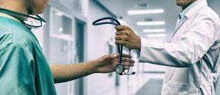 Γιατί οι νέοι γιατροί στις ΗΠΑ δεν ασκούν την ιατρική. Ελλείψεις 300.000 ατόμων σε ιατρικό προσωπικό έως το 2030