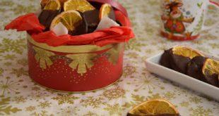 Αποξηραμένες φέτες πορτοκαλιού βουτηγμένες σε σοκολάτα
