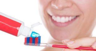 Πρέπει να βρέχουμε την οδοντόβουρτσα πριν βάλουμε οδοντόκρεμα; Η επιστήμη απαντά