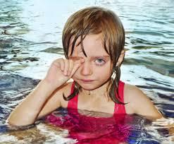 νερό θαλασσινό ή πισίνας στα μάτια σας