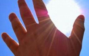 Απολαύστε τον ήλιο, αυτές τις μέρες, αλλά πάντα με αντηλιακό. Ο καρκίνος του δέρματος προλαμβάνεται.