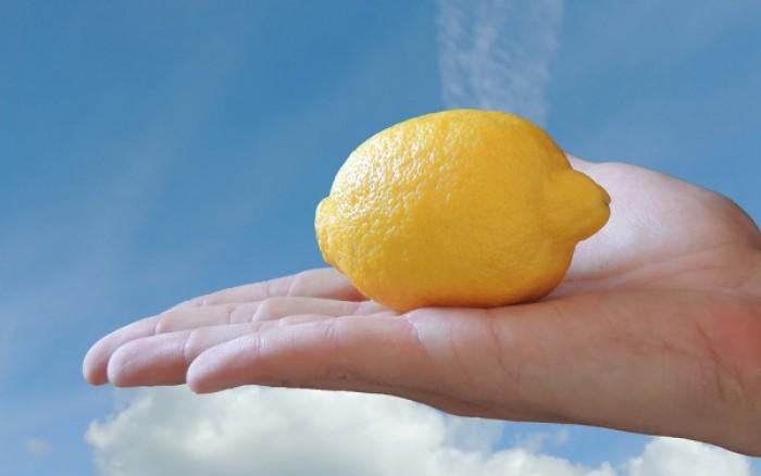 Τέσσερις πολύτιμες χρήσεις του λεμονιού που δεν τις φαντάζεστε