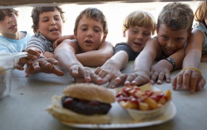 Το fast food επηρεάζει τους βαθμούς των παιδιών στο σχολείο