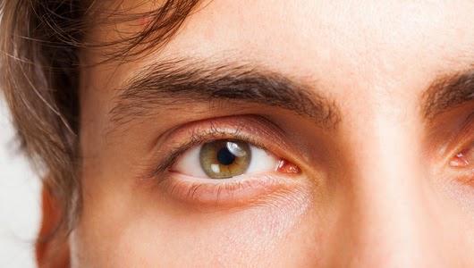 Τι συμβαίνει και βλέπουμε μυγάκια, κηλίδες ή τριχίτσες στα μάτια μας; Πόσο σοβαρό μπορεί να είναι; (floaters)