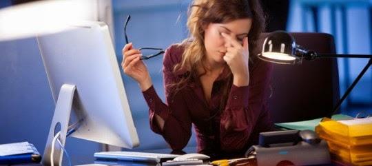 Πονοκέφαλος, ξηροφθαλμία, θολή όραση, κουρασμένα μάτια, πόνος στον αυχένα οφείλονται στο Computer Vision Syndrome. Τι είναι και πώς αντιμετωπίζεται;