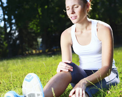 Πόνος στο γόνατο. Που μπορεί να οφείλεται; Τρόποι αντιμετώπισης στο σπίτι με ασκήσεις και σωστή διατροφή. Πότε πρέπει να πάτε στον γιατρό.