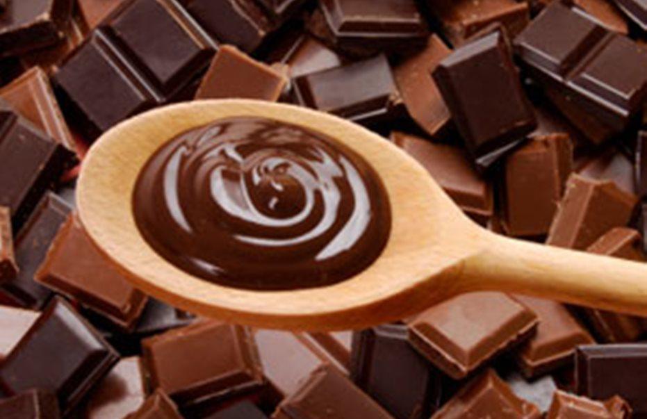 Για καλή υγεία τρώτε σοκολάτα με χυμό φρούτων, όχι με αλκοόλ