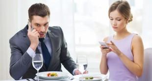 Μήπως το κινητό καταστρέφει τη σχέση σας – ή και τη ζωή σας;
