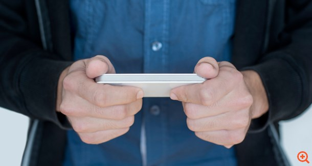 Δείτε τι μπορείτε να πάθετε αν παίζετε με το κινητό πριν κοιμηθείτε!