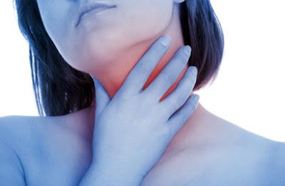 Ένας πονόλαιμος μπορεί να οφείλεται σε αμυγδαλίτιδα. Πώς θα το καταλάβουμε και πώς αντιμετωπίζεται;