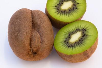Βάλτε το ακτινίδιο στη διατροφή σας. Κάνει καλό στην πέψη, στην πίεση, στην όραση, στην χοληστερίνη, στο δέρμα, είναι πλούσιο σε βιταμίνες και αντιοξειδωτικά.