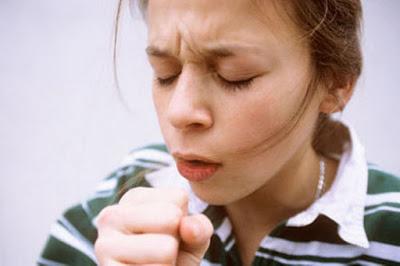 Πότε ο βήχας πρέπει να σας ανησυχήσει, τι μπορεί να προκαλέσει και πώς αντιμετωπίζεται;