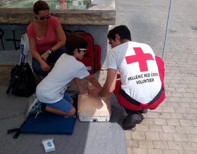 Επίδειξη Πρώτων Βοηθειών από το Σώμα Σαμαρειτών του Ε.Ε.Σ. στο κέντρο της Αθήνας