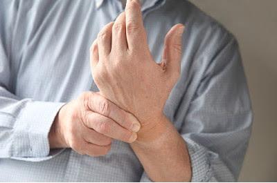 Το κρύο, η υγρασία και η αλλαγή του καιρού προκαλεί πόνους στις αρθρώσεις και σε παλιά τραύματα. Που οφείλεται και πώς μπορεί να βοηθήσει η σωστή διατροφή;