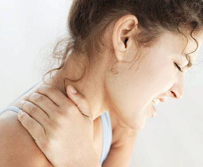 Ξυπνάτε πιασμένοι, υποφέρετε από πόνους στον αυχένα; Αιτίες αυχεναλγίας – αυχενικού συνδρόμου, πώς προλαμβάνεται;