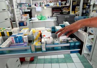 Φουντώνει η κόντρα για τις τιμές των φαρμάκων