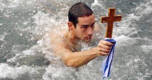 Χειμερινή κολύμβηση. Τα καλά που προσφέρει στην υγεία και τι πρέπει να προσέξουμε
