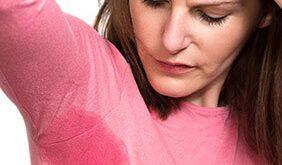 Μήπως ιδρώνετε υπερβολικά; Ποιες παθολογικές καταστάσεις προκαλούν υπεριδρωσία; Τι πρέπει να προσέξετε και πότε να πάτε στον γιατρό;