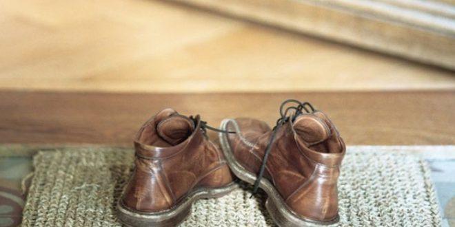Τρεις βασικοί λόγοι για να μη φοράτε παπούτσια μέσα στο σπίτι