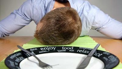 Γιατί θέλουμε να κοιμηθούμε μετά από το φαγητό; Τι προκαλεί, μετά από γεύμα, υπνηλία; Τι πρέπει να προσέχουμε;