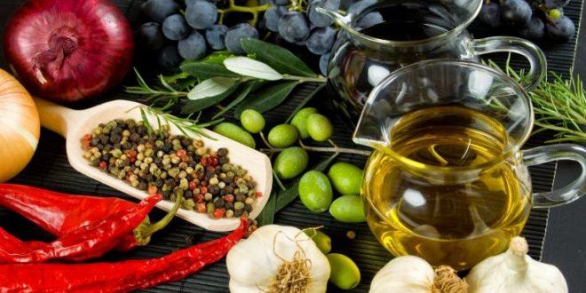 Πλούσιοι και μορφωμένοι «κερδίζουν» από την μεσογειακή διατροφή