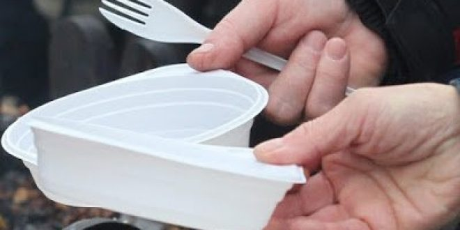 Η ΕΕ θέλει να απαγορεύσει τα πλαστικά πιάτα μιας χρήσης