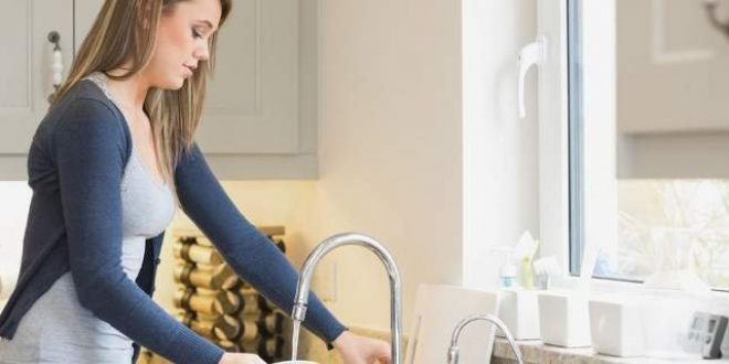 Πόσο κακό κάνει τελικά το να καθαρίζεις με γυμνά χέρια -Τι πρέπει να κάνεις