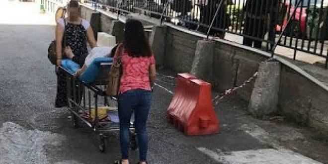 Δημόσια νοσοκομεία: Οταν οι συγγενείς γίνονται... τραυματιοφορείς
